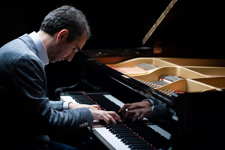 Fabio di Biase piano image playing coda pianoforte